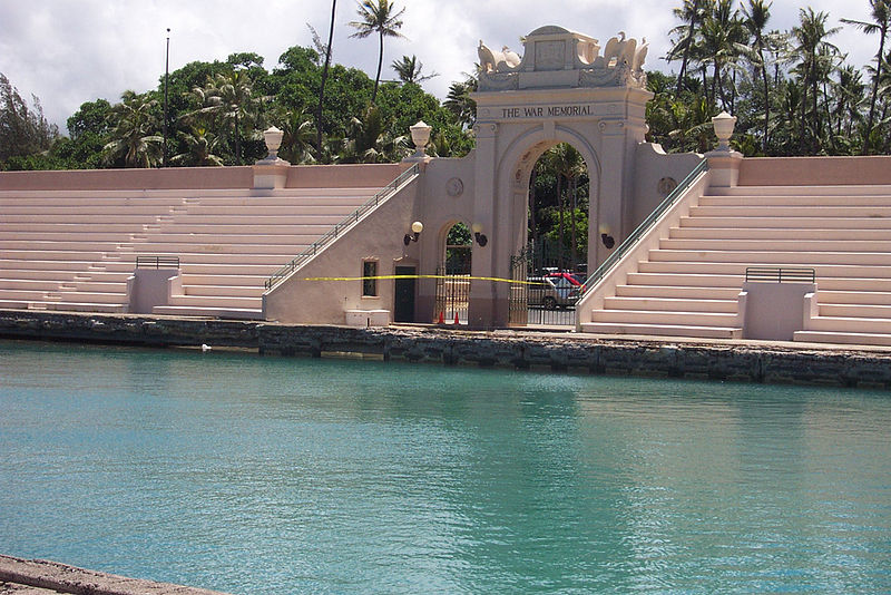 800px-Bleachers--Waikiki_Natatorium_War_Memorial_near_Kaimana_Beach-sunny