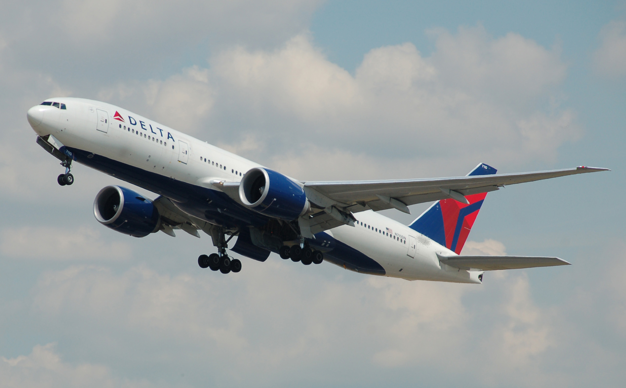 Delta_Air_Lines_Boeing_777-200LR_(N710DN)_departs_London_Heathrow_Airport_2ndJuly2014_arp